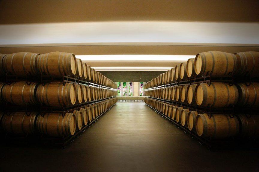 almacenar el vino en barricas
