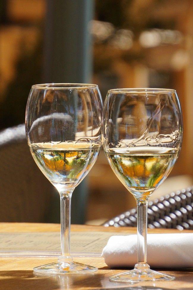 El vino blanco se sirve frío