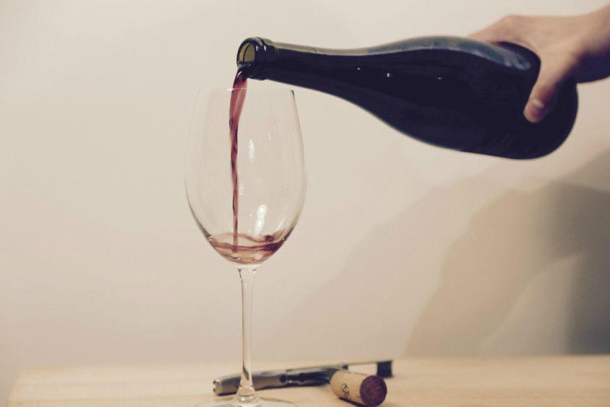Cómo servir el vino sin salpicar