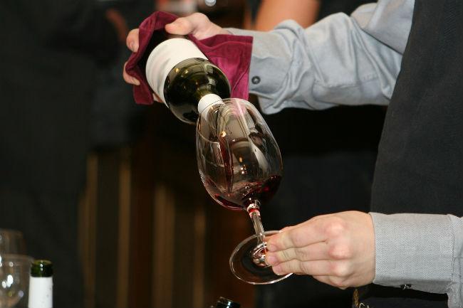 Técnica del sumiller para servir vino