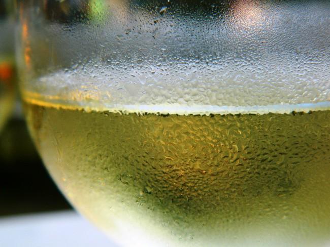 El vino blanco se sirve muy frío