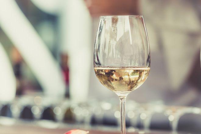 Copa de vino blanco contra el calor