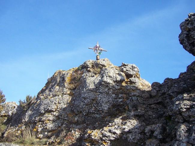 Cruz en la cumbre del monte Toloño