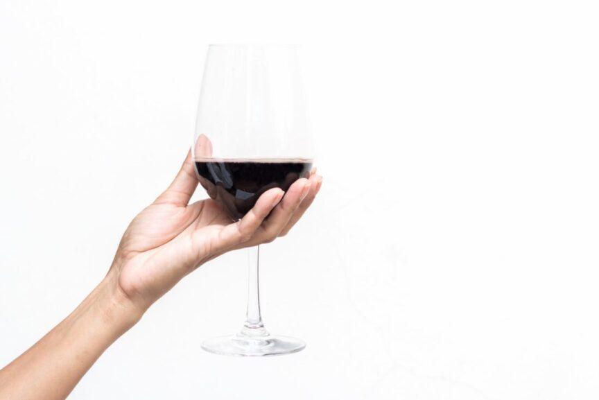 ¿Cómo sujetar una copa de vino correctamente?