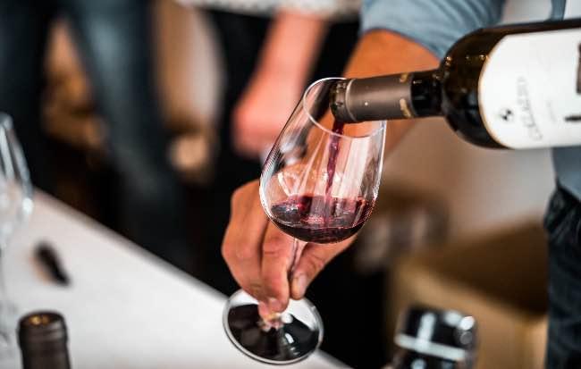 La importancia del sacacorchos para abrir una botella de vino correctamente