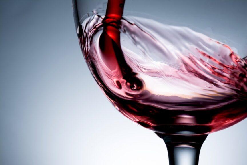 ¿Sabías que el vino tinto protege tus neuronas?