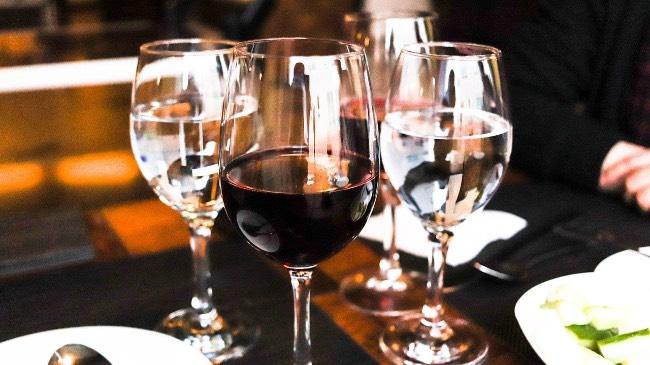 Cómo acertar al pedir vino en un restaurante