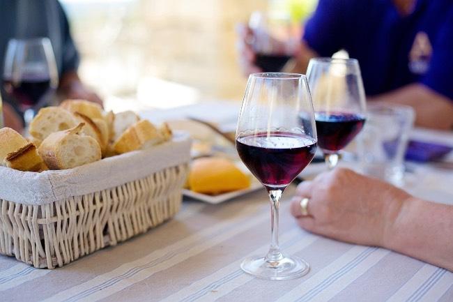 No probar el vino antes de pedirlo, un error al pedir vino en un restaurante
